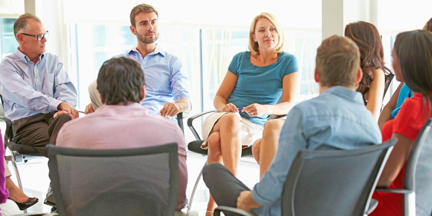 Gruppe im Stuhlkreis diskutiert